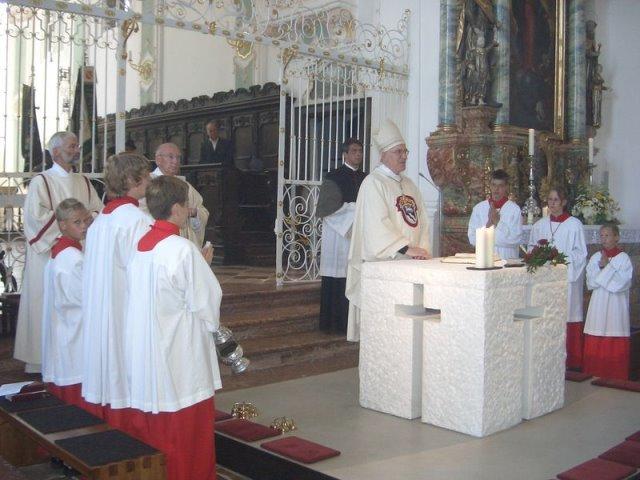 Bischof Dietl während des Festgottesdienstes am neuen Volksaltar in der Beyhartinger Klosterkirche